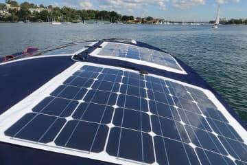 panel solar flexible en un barco